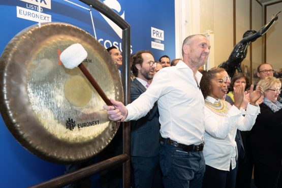 Naspers CEO Bob Van Dijk hits the gong to signify the opening of trading for the debut of the new Naspers unit, Prosus at the Amsterdam Stock Exchange. Image: Jasper NaspersJuinen, Bloomberg