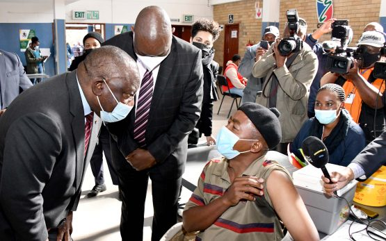 President Cyril Ramaphosa visiting a vaccination site in Tembisa, Gauteng, aimed to motivate greater numbers of South Africans to embrace vaccination as the most effective way to fight Covid-19. Image: Elmond Jiyane/ GCIS