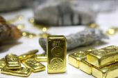 Gold recovers after hitting 5-week low on dollar rally