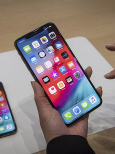 Samsung Galaxy S10 versus iPhone Xs Max: How they measure up