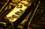 Gold tops $1 500 as investors seek shelter from gathering storm