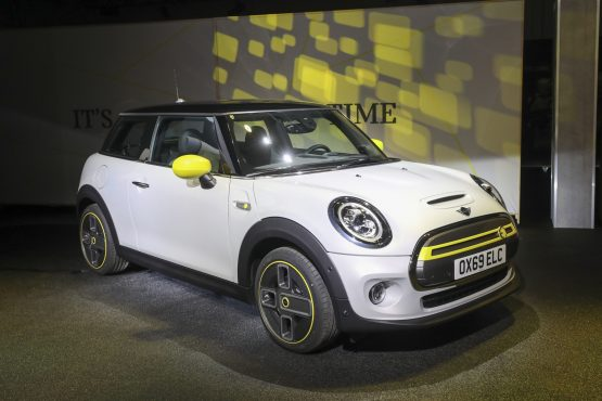 A Mini Cooper SE electric automobile sits on display in July 2019. Image: Chris Ratcliffe, Bloomberg