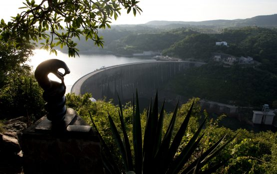 A general view taken on February 19, 2015 shows the Kariba Dam wall between Zimbabwe and Zambia. Image: Getty Images