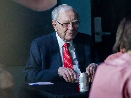 Warren Buffett finally uses an Apple smartphone