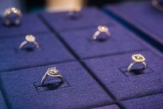 De Beers cuts prices for smaller diamonds