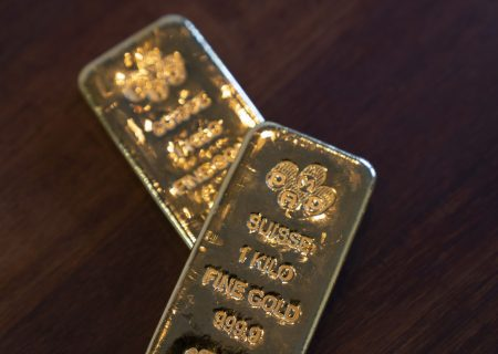 Gold extends drop to one-month low