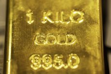 Gold heads for second weekly gain as investors weigh US data