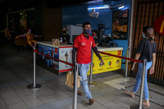 A Zomato delivery rider carries an order from a restaurant in Mumbai on July 16. Image: Bloomberg