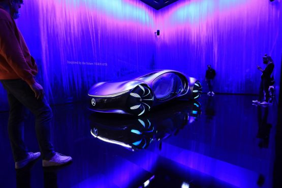Visitors look at the Mercedes-Benz Vision AVTR concept vehicle.  Image: Bloomberg