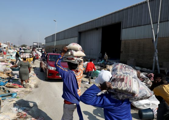 Looters make off with supplies during the unrest that hit parts of two provinces in South Africa in July. EFE-EPA/Stringer