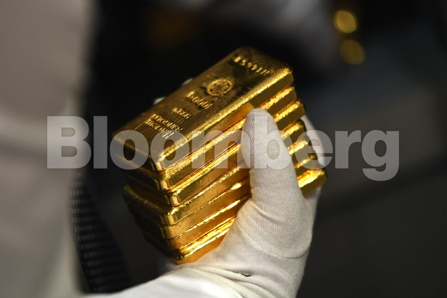 Gold rises as dollar extends drop with stimulus outlook in focus