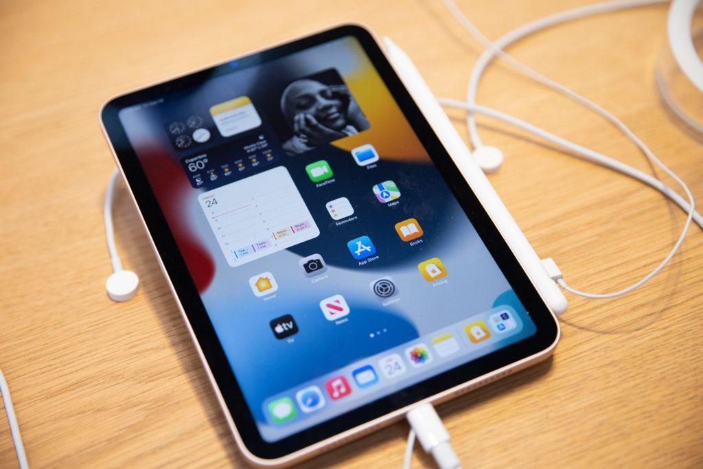 Apple's device shortages threaten record-setting holiday season